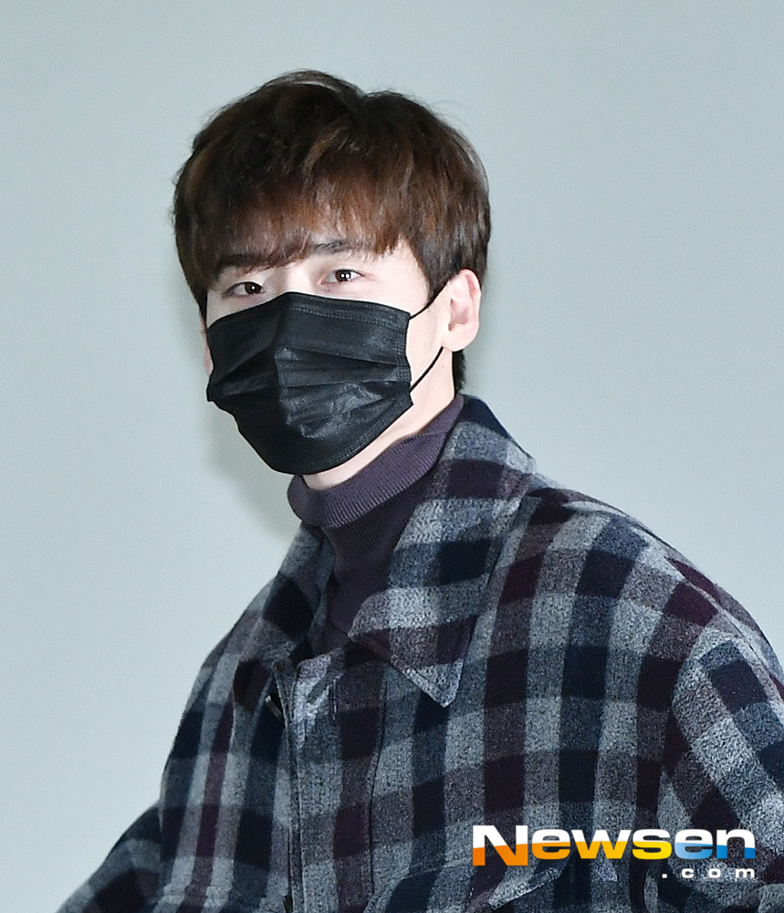 <p>Actor Lee Jong-suk 12 20 am abroad a certain car in Seoul Gangseo Gimpo International Airport through Beijing, China with Departure.</p>
