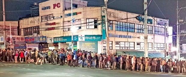 은퇴 후 일자리를 찾지 못한 50~60대가 대거 일용직에 몰리면서 새벽 인력시장이 북새통을 이루고 있다. 지난 20일 남구로역 일대 도로가 건설 일용직을 찾으려는 사람들로 가득 차 있다.  이인혁 기자 twopeople@hankyung.com