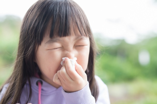 겨울에 잘 걸리는 감기로 인한 후유증으로 관절 질환이 나타날 수 있어 주의가 필요하다. 특히 어린이는 일과성 활액막염을 조심해야 한다. 사타구니, 다리 등에 아픈 증상을 호소하면 의심해야 한다. [출처=게티이미지뱅크]