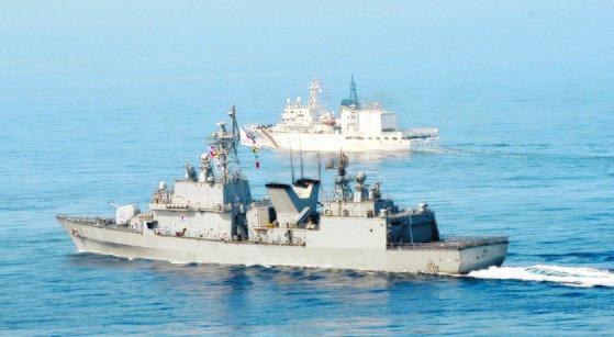 해군 광개토�왕함(왼쪽 사진 앞쪽)과 해경 해-3007함이 합동으로 해상기동훈련을 하고 있는 모습 . [뉴스1]