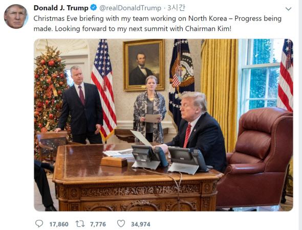 △도널드 트럼프 �통령이 스티븐 비건 미 국무� �북정책 특별�표에게 보고를 받고 있다. 사진� 트럼프 �통령이 제2차 북미회담을 위한 실무진들의 협상이 진행되고 있다며 직접 공개한 것.[트럼프 �통령 트위터 캡처]