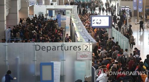해외여행객으로 붐비는 인천국제공항  [연합뉴스 자료사진]