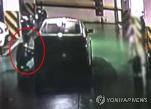 반납된 차량에 흠집을 내는 모습 [전북경찰청 제공]