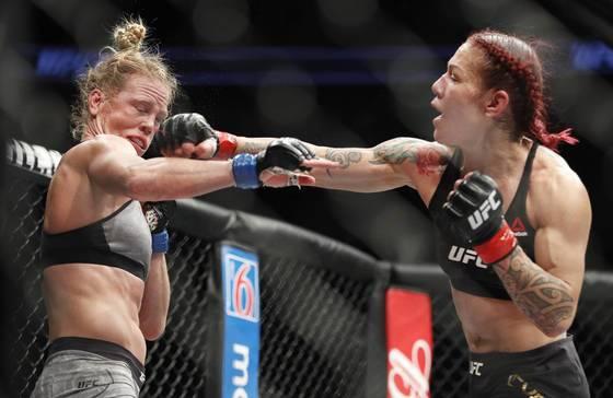 UFC 219에서 홀리 홈을 상대로 강펀치를 날리고 있는 크리스 사이보그(오른쪽). [AP=연합뉴스]