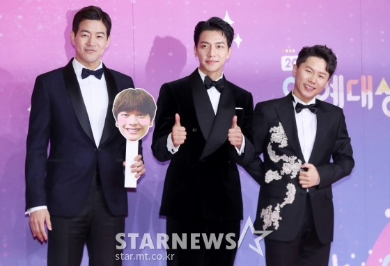 <p>In the last 28 days afternoon Seoul Sangam-Dong SBS Prism Tower in 2018 SBS Entertainment Seoul Music Awardswas held. Comedian applause pink, learn one, singer Kim Jong Kook MC, cased.</p><p>This year, SBS for high viewership and effectiveness. This is on the SBS side is the Seoul Music Awards nominees so selected did not, the SBS of all the programs and performers of their Seoul Music Awards nominations. All programs and appearances with their Seoul Music Awards after news was, as long as each unfolds as expected.</p><p>He seems like seniors and juniors, TV and Kang Ho-dong sunbaenim. Their shoulder and learn, like a broadcast when I learned that a lot of hard Calluses baby you didnt want to. Thanks up to here Well you can come but never (thought). This is my ability, not All The Butlersappeared to he the best father they them alive your affection, philosophy of life, beliefs, all contained in All The Butlers viewers impressed given because of the weight contained the award more meaningful it seems. Sole Seoul Music Awards this is the first time. 1 year only love can get me all of this seems to be the biggest,thank you....</p><p>Lee Seung-gi is the last year 11 December in 1 year and 9 months of military service throughout. Singer-ready were expected, but the choice of SBS for All The Butlers. Lee Seung-gi is the city filled with All The Butlersin Amsterdam. All The Butlers member Lee, Yang and more, nurturing and awkward look to overcome a family, like brothers sticky to show friendship. Coming in 2019, even Lee Seung-gi All The Butlersthrough which activities unfold Feature Shoot.</p>