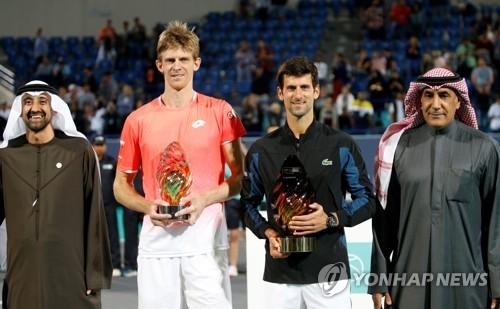 우승한 조코비치(왼쪽에서 세번째)와 준우승자 앤더슨. [EPA=연합뉴스]