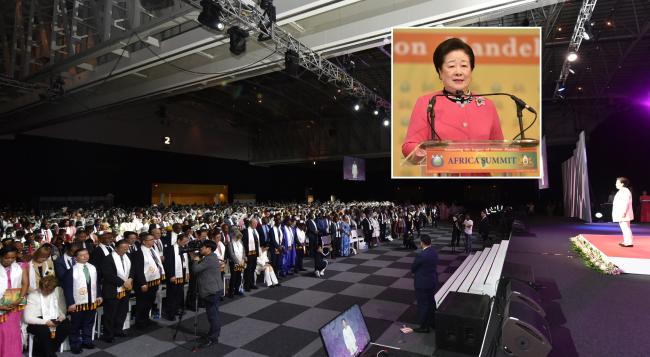 2018년 11월 24일 남아프리카공화국 케이프타운의 케이프타운 국제컨벤션센터에서 열린 초종교평화축복식에서 한학자 세계평화통일가정연합 총재가 6000여 청중 앞에 섰다. 상자 안은 이 행사에서 기조연설을 하는 한 총재.
