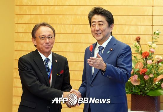 다마키 데니 오키나와현 지사(왼쪽)과 아베 신조 일본 총리/AFPBBNews=뉴스1