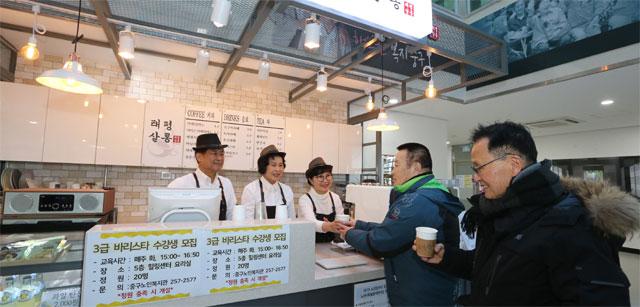 7일 오전 대구 중구 태평로 중구노인복지관 4층의 태평살롱 카페에서 어르신 바리스타 자원봉사자들이 손님들에게 커피를 제공하고 있다. 대구 중구 제공