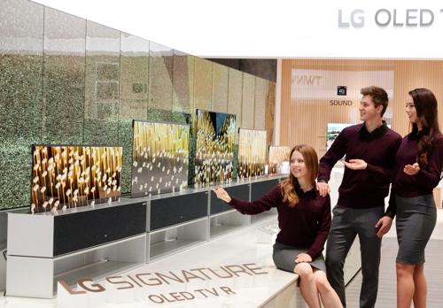 LG, 세계 최초 '돌돌 말리는' 롤러블 올레드TV 공개 (라스베이거스= 연합뉴스) LG전자는 미국 라스베이거스에서 열린 세계 최대 IT 전시회 'CES 2019'에서 자사가 생산한 롤러블 올레드TV 'LG 시그니처 올레드TV R'을 처음 공개했다. 2019.01.07 [LG전자 제공]