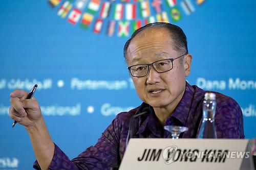 IMF·WB 연차총회 앞두고 기자회견하는 김용 총재 (발리 AP=연합뉴스) 김용 세계은행(WB) 총재가 11일(현지시간) 인도네시아 발리에서 '국제통화기금(IMF)·WB 연차총회'를 앞두고 기자회견을 하고 있다. leekm@yna.co.kr