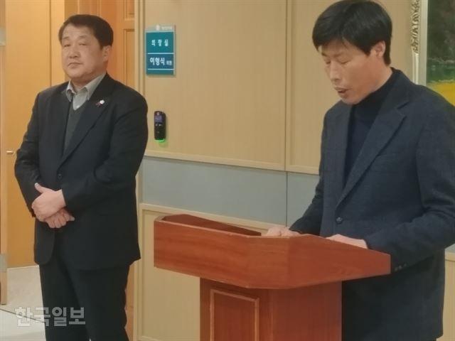 박종철 예천군의회 전 부의장이 미국 여행 가이드 폭행 사건에 대한 사과문을 읽고 있다. 왼쪽은 이형식 의장.