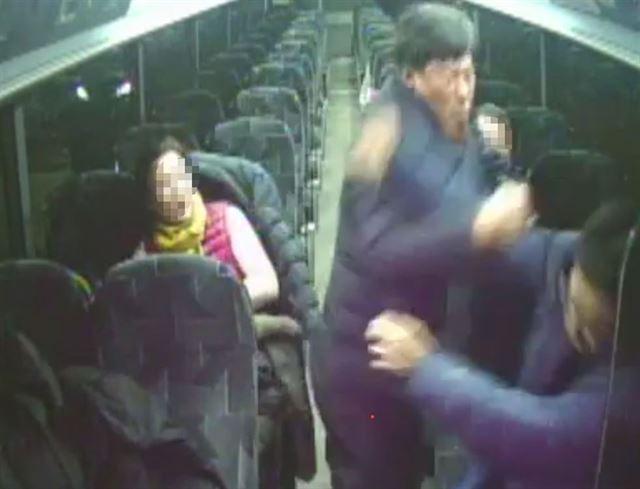 경북 예천군의회 박종철 전 부의장이 지난달 23일 캐나다 토론토 버스 앞자리에 앉아 있던 현지 가이드의 얼굴을 때리고 있다. 안동MBC 제공