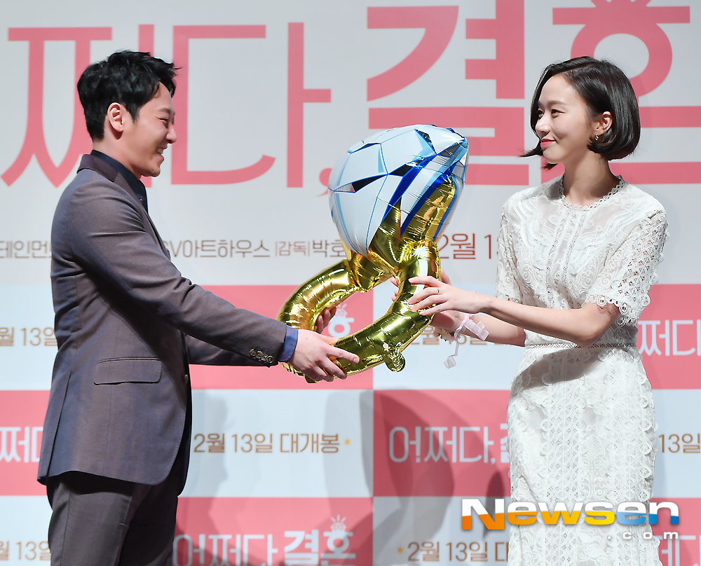 <p>The movie what marriage Production report society 1 November 9 am, Gangnam-GU, Seoul CGV Apgujeong store opened in the</p><p>This day, Kim Dong-wook Ko Sung-hee family photo pose in response.</p><p>Production report society actors Kim Dong-wook Ko Sung-hee Hwang Bora Bo Hao as Director, applause pictures Director attended.</p>