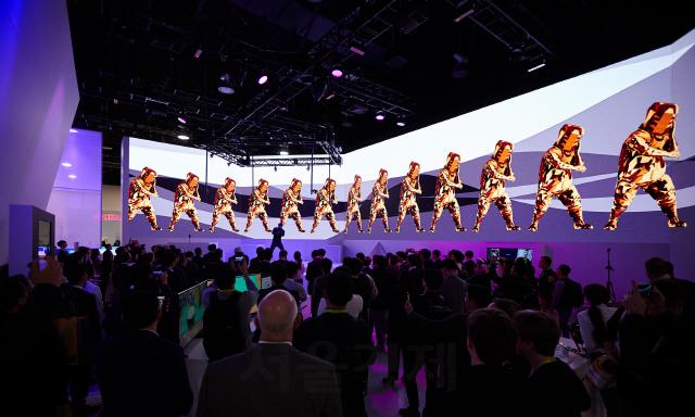 미국 라스베이거스에서 펼쳐진 CES 2019의 SMxSKT 공동 부스에서 댄싱 가상현실(VR) 시연을 바라보는 관람객들 /사진제공=SM엔터테인먼트