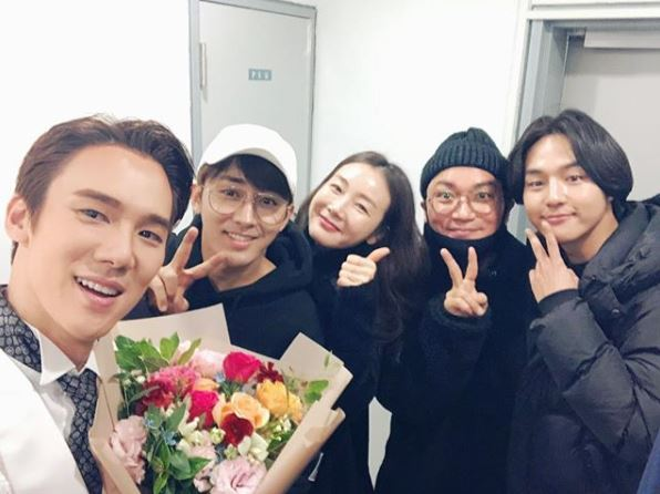 <p> Coffee Day members Yoo Yeon-seoks musical administration.</p><p>9 Yoo Yeon-seok is his SNS, coffee friends FAM gentleman guides performances. Thank you everyonealong with photos published.</p><p>Revealed in the picture, Yoo Yeon-seoks musical Administration certification after the shot was taken hand Ho-Jun Choi Ji-woo Cho Jae-Yoon Yang, Se-jongs appearance. Cable TV tvN coffee upappeared together, and the relationship they smile warming you within.</p><p>Meanwhile coffee friendsis a Jeju one of the citrus farms in the cafe, and proceeds to the full amount of the donation to operate the process that happens in various events to our program Friday night 9 hours 10 Minutes broadcast.</p>