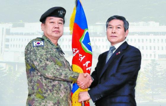 정경두 국방부 장관(오른쪽)이 김사령관에게 부대기를 전달하고 있다. [김경록 기자]