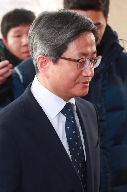 김명수 대법원장이 11일 오전 서울 서초구 대법원으로 출근하고 있다. /연합뉴스