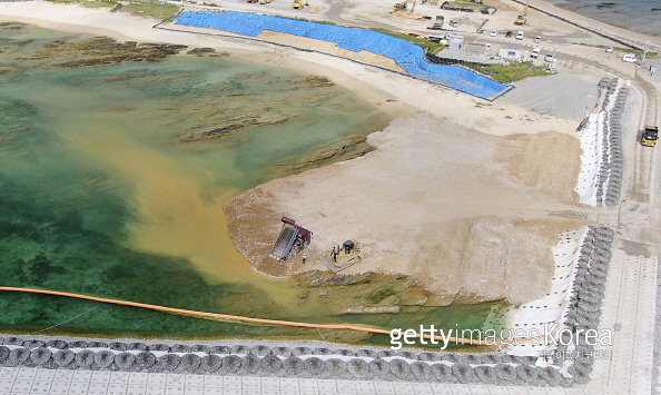 지난달 20일 일본 오키나와현 나고시 헤노코 해안에서 토사 매립 작업이 진행되고 있다. 게티이미지코리아