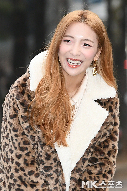 <p> KBS Music Bank Replay this 11, am Seoul Yeongdeungpo-GU Yeouido KBS in progress.</p><p>Luna with the Replay head and posing.</p>
