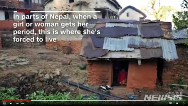 【서울=뉴시스】네팔에서 생리하는 여성을 격리조치하는 오두막의 모습.(사진출처: CNN 영상 캡쳐) 2019.01.11.
