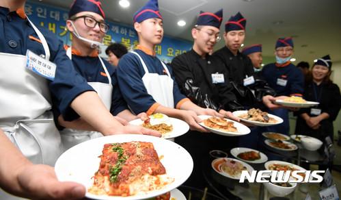 【서울=뉴시스】조리병들이 자신들이 직접 만든 음식을 내보이고 있다. 2017.11.16. (사진=뉴시스DB)
