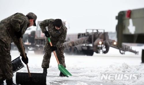 【서울=뉴시스】제20전투비행단 활주로에서 공군 장병들이 제설작업을 하고 있다. 2018.01.09. (사진=공군 제공) photo@newsis.com