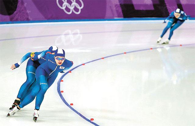 """지난해 평창 겨울올림픽 당시 스피드스케이팅 여자 팀추월 준준결선 경기에서 페이스를 잃고 김보름(앞) 박지우와 멀리 떨어진 채로 달리는 노선영(오른쪽). 경기 직후 김보름은 """"선수를 왕따시키고 팀워크를 해쳤다""""는 여론의 거센 비난을 받아야 했다.뉴스1"""