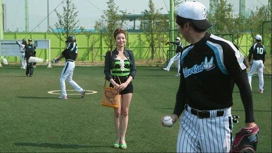 '신사의 품격'에서 골프선수 홍세라 역할로 출연한 윤세아. 김수로와 연인 사이로 나온다. 윤세아는 이 때 시작한 골프와 필라테스로 꾸준히 몸매 관리를 하고 있다고 밝혔다. [사진 SBS]