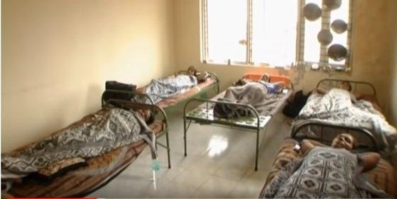 인도의 한 대리모 시술 전문 산부인과의 모습. 대리모 여러 명이 병실에 누워있다. [사진 구글베이비 캡처]