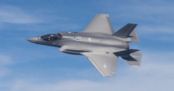 한국 공군이 주문한 F-35A 1호기가 시험비해을 하고 있다. [사진 방위사업청]