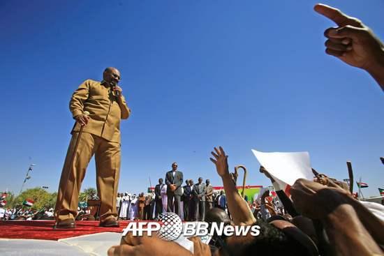오마르 알 바시르 수단 대통령이 9일(현지시간) 자신의 지지자 모임에서 연설하는 모습/AFPBBNews=뉴스1