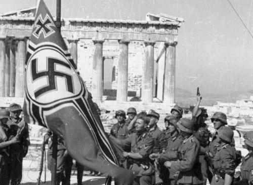 제2차 세계대전 도중인 1941년 그리스를 점령한 독일군이 그리스 수도 아테네의 아크로폴리스 앞에서 나치 깃발을 게양하고 있다. 네이버 지식백과