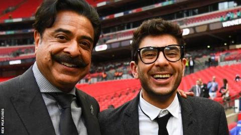 잉글랜드 프로축구 풀럼의 구단주 샤히드 칸(왼쪽)과 아들이며 부회장인 토니 칸. BBC 홈페이지 캡처