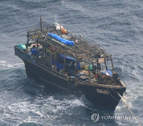 일본 홋카이도 무인도 주변서 발견된 북한 목선(2017년 11월) [일본 해상보안청 제공=연합뉴스 자료사진]