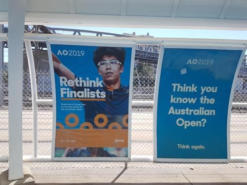 호주오픈 대회장 인근 트램 정류장의 정현 사진.