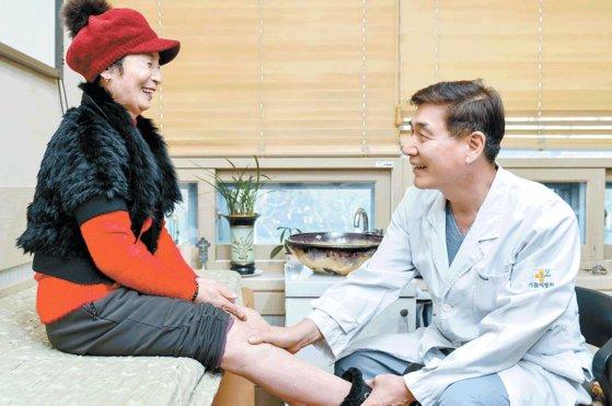 인공관절 수술 지원사업으로 무릎 건강을 회복한 김남순씨(왼쪽)가 가톨릭병원 성진형 원장과 수술 후 달라진 삶에 대해 이야기하고 있다. 프리랜서 김동하