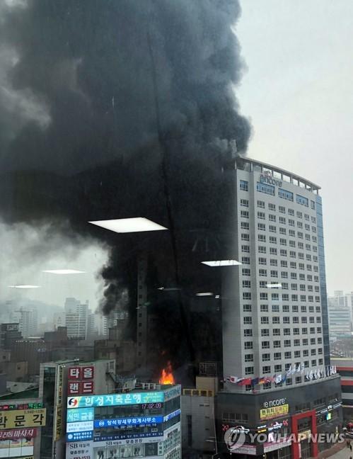 천안 라마다 앙코르 호텔 큰불..연기 흡입 5명 병원 이송