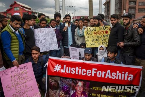 지난해 1월 납치된 후 1주일 뒤 성폭행당한 시신으로 발견된 8살 소녀 아시파의 살해에 항의하는 시위가 11일 인도령 카슈미르의 스리나가르에서 열리고 있다. 그러나 급진 힌두단체 회원 수천명은 지난해 4월12일 한 힌두교 사원 안에서 무슬림 소녀를 성폭행한 혐의로 체포된 힌두교도 남성 6명이 무죄라며 이들의 석방을 요구하는 시위 행진을 벌였다. 6명 중 2명은 현직 경찰관이다./사진=뉴시스