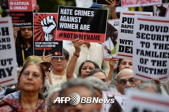 2018년 4월15일(현지시간), 뉴델리에서의 시위. 이들은 2018년 1월 북부 잠무-카슈미르 주에서 유목 생활을 하던 8세 소녀가 힌두 주민들에 의해 집단성폭행 당한 뒤 살해된 데 대해 분노해 시위에 참가했다. /AFPBBNews=뉴스1