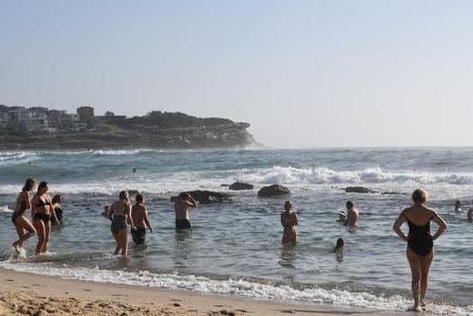 2019년 1월 16일 호주 남동부 뉴사우스웨일스의 한 바닷가에 사람들이 나와 물놀이를 하고 있다. 이날 기온은 오전 9시 기준 40도를 넘었다. /AP=연합뉴스