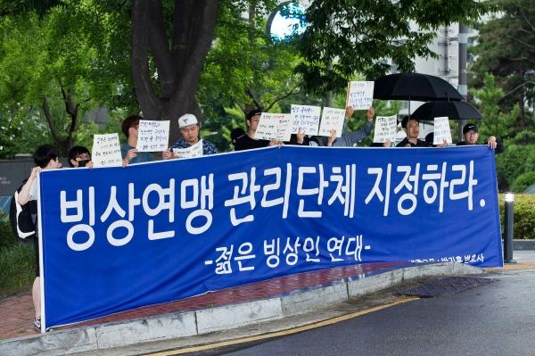 젊은 빙상인 연대 회원들이 지난해 7월9일 대한체육회앞에서 대한빙상경기연맹의 관리단체 지정을 촉구하는 시위를 열었다. ⓒ 시사저널 최준필