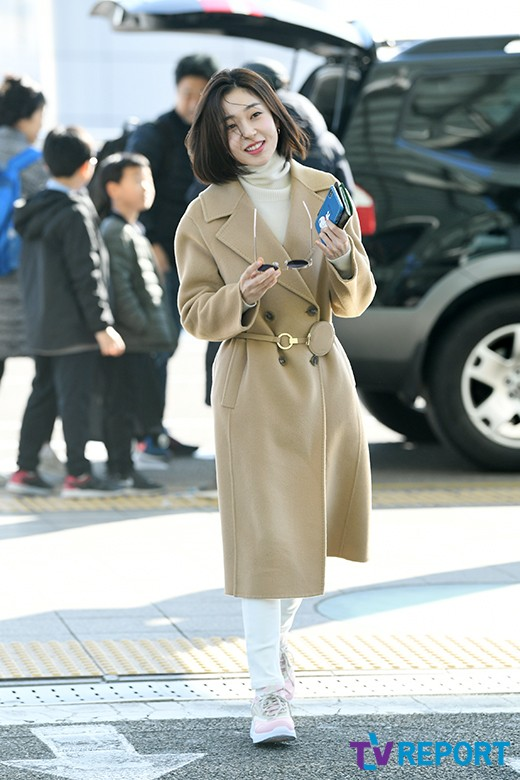 <p> Actress Baek Jin-hee 17 days old fashion magazine photo shoot car Incheon International Airport via Hong Kong into China.</p>
