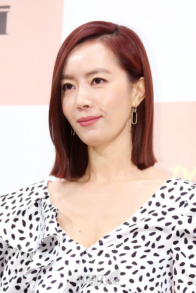 배우 김유미가 21일 오후 서울 논현동 임피리얼팰리스서울에서 열린 tvN 새 주말드라마 '로맨스는 별책부록' 제작발표회에 참석하고 있다.