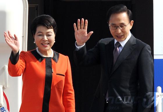 2011년 10월11일 이명박 당시 대통령과 부인 김윤옥 여사가 미국을 국빈 방문하기 위해 경기 성남 서울공항을 통해 출국하며 손을 흔들어 인사하고 있다.