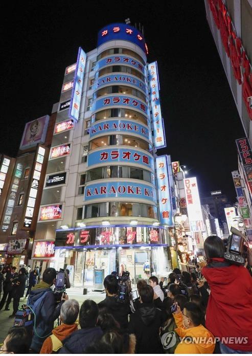 총격 사건으로 한국인 1명이 숨진 도쿄 신주쿠 가라오케점 전경 [도쿄 교도=연합뉴스]
