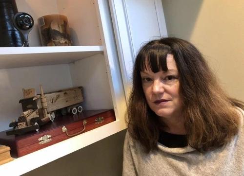 미국 캘리포니아주 오린다에 사는 로라 라이언스씨가 거실에 설치된 네스트 감시카메라(왼쪽 상단) 옆에 서서 사진을 찍고 있다. [출처=더 머큐리 뉴스 홈페이지]