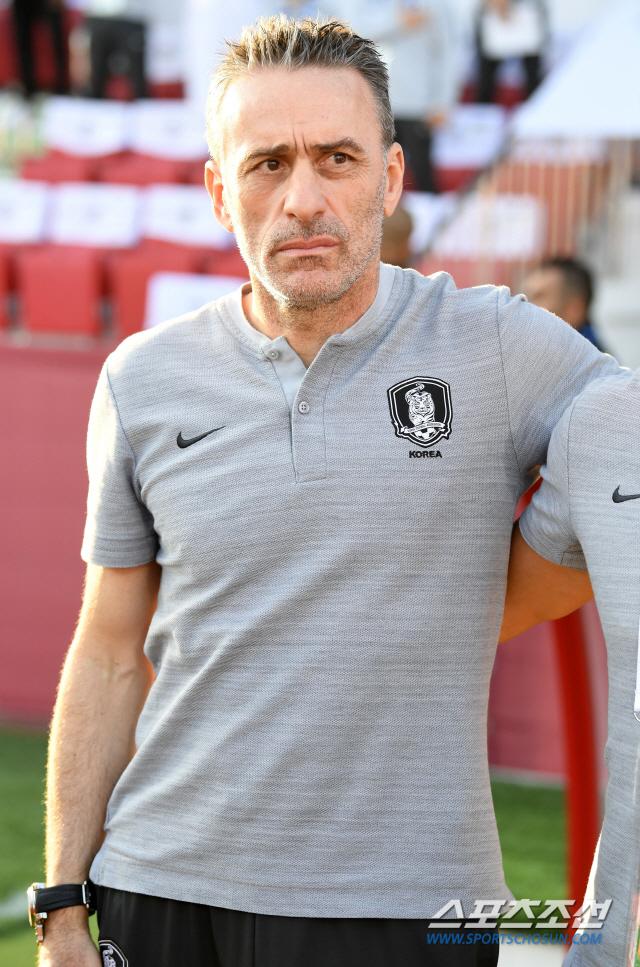 한국과 바레인의 2019 AFC 아시안컵 16강전이 22일(현지시간) 아랍에미리트 두바이 라시드 스타디움에서 열렸다. 국민의례를 하는 벤투 감독의 모습. 두바이(아랍에미리트)=허상욱 기자 wook@sportschosun.com/2019.01.22/