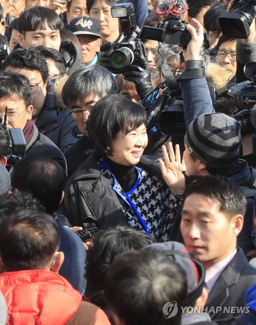 손혜원 의원 응원하는 지지자들 (목포=연합뉴스) 김현태 기자 = 목포 근대역사문화공간 내 부동산 투기 의혹을 받는 무소속 손혜원 의원이 23일 오후 목포 현장에서 의혹을 해명하는 기자회견을 하기에 앞서 지지자들의 응원을 받고 있다.  mtkht@yna.co.kr