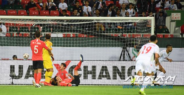 한국과 바레인의 2019 AFC 아시안컵 16강전이 22일(현지시간) 아랍에미리트 두바이 라시드 스타디움에서 열렸다. 후반 바레인의 로마이히에게 동점골을 허용하고 있다. 두바이(아랍에미리트)=허상욱 기자 wook@sportschosun.com/2019.01.22/
